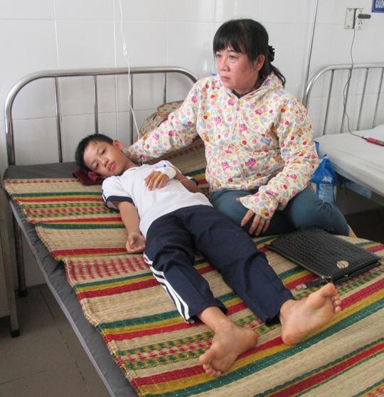 Em Hoàng đang được tiếp tục điều trị tại bệnh viện.