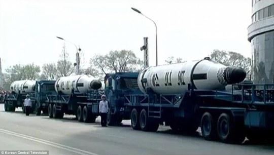Tại lễ diễu binh lần này, Triều Tiên lần đầu tiên khoe tên lửa đạn đạo phóng từ tàu ngầm (SLBM). Ảnh: Truyền hình Trung ương Triều Tiên.