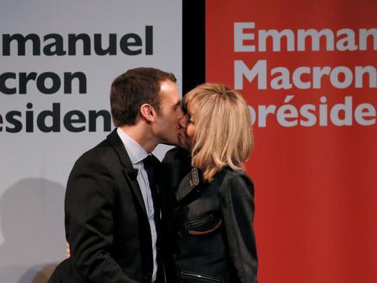 Ông Macron hôn vợ tại một sự kiện tranh cử. Ảnh: Independent