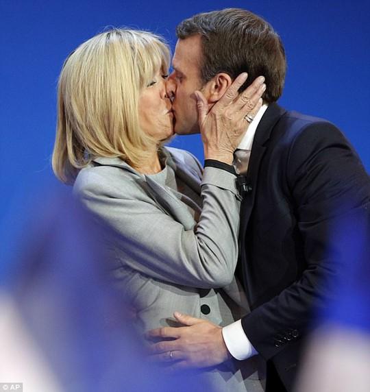 Ông Macron hôn vợ trong đêm bỏ phiếu vòng đầu tiên. Ảnh: AP