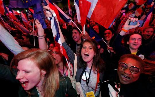 Người ủng hộ ông Macron mừng chiến thắng. Ảnh: Reuters