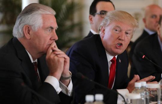 Tổng thống Donald Trump (phải) và Ngoại trưởng Rex Tillerson. Ảnh: Reuters