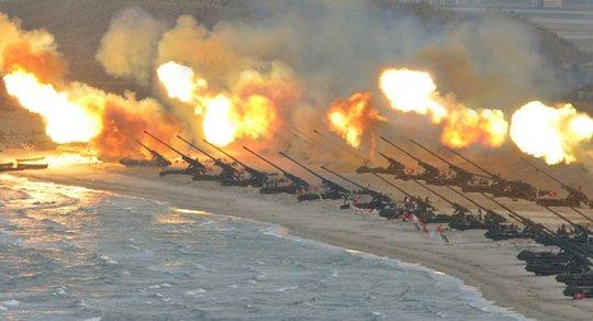 Triều Tiên tập trận pháo binh quy mô lớn chưa từng thấy nhân kỉ niệm 85 năm ngày thành lập Quân đội Nhân dân Triều Tiên. Ảnh: Reuters