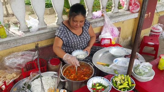 Gánh mì Phú Chiêm của chị Cưng trụ tại Hội An đã chín năm nay. Mỗi ngày chị bán khoảng 20 kg bánh.