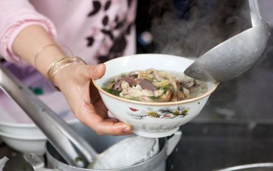Hà Nội, Việt Nam: Nếu khách nước ngoài tới TP.HCM thường được giới thiệu món bánh xèo, phở là món ăn nhất định phải thử khi đến Hà Nội. Phở có nước dùng được nấu từ xương bò, với bánh phở và thịt gà hoặc bò, ăn kèm nhiều loại rau sống và chanh.