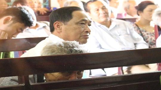 Ông Nguyễn Văn Hoan (Bố bị cáo Tiến) cố giấu những giọt nước mắt, mệt mỏi nhìn đứa con tội lỗi qua khe ghế