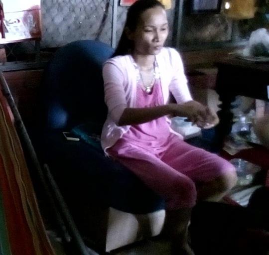 Mẹ Thơ làm phép cho ly trà (Ảnh cắt từ video clip) .