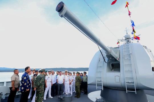 Tổng thống Duterte lên tàu chiến Trung Quốc. Ảnh: Rappler