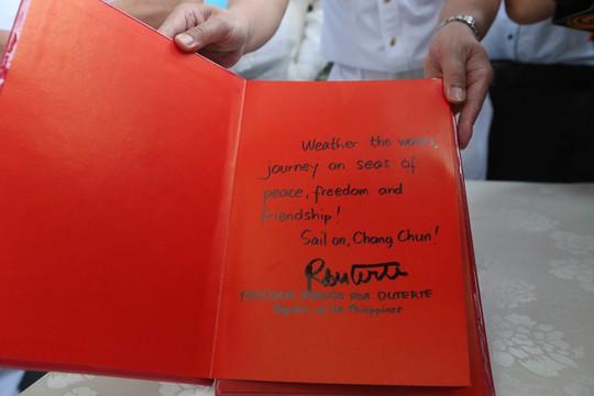 Ông Duterte viết lưu niệm trên tàu Chang Chun: Vượt qua sóng gió, di chuyển trên biển của hòa bình, tự do và hữu nghị. Ảnh: Rappler
