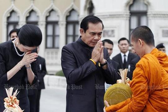 Thủ tướng Prayut Chan-o-cha thực hiện nghi thức cúng dường trước khi chủ trì cuộc họp nội các đầu tiên trong năm 2017. Ảnh: THE BANGKOK POST
