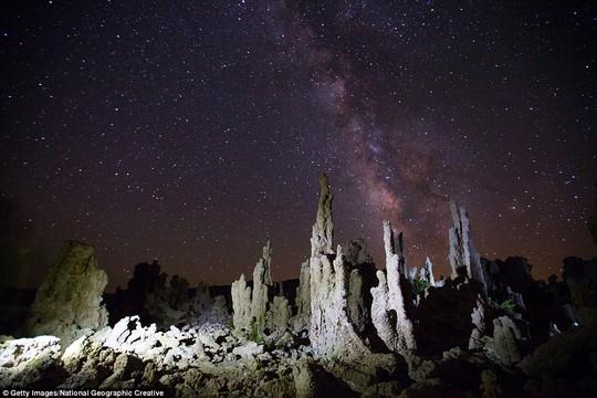 Thoạt nhìn chúng ta như tưởng mình ở trên sao hỏa nhưng những tháp đá này được chụp tại hồ Mono ở California, Mỹ