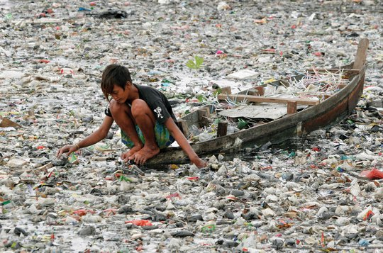 Rác phủ kín bề mặt một dòng sông ở thủ đô Jakarta – Indonesia. Ảnh: Britannica