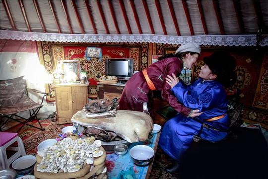 Khách làm lễ Zolgokh với gia chủ khi tới nhà. Ảnh: Gogo news