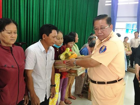 Ban tổ chức trao tặng quà cho đại diện các gia đình