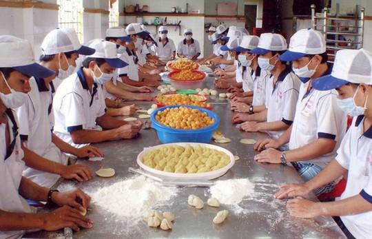 Công nhân Công ty Tân Huê Viên đang làm bánh pía. Ảnh: Thanh Châu.