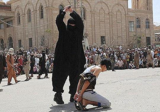 Abu Sayyaf là một trong những đao phủ khét tiếng của IS. Ảnh: The Sun