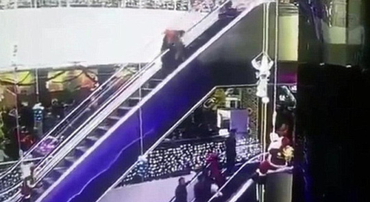 Chiếc váy dài của bà mẹ bị mắc vào thang cuốn