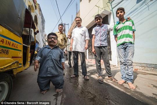 Mỗi khi ra đường Ram Raj và gia đình luôn bị người ta chế giễu