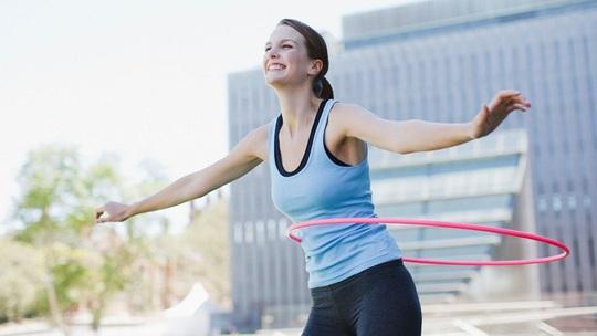 Lắc vòng đều đặn cũng là một cách giảm cân nhanh sau Tết hiệu quả