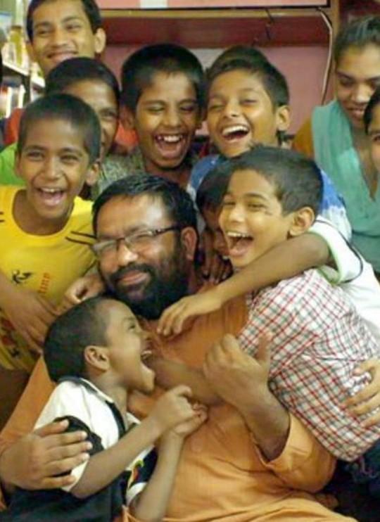 Anh Rajib Thomas dành trọn tâm sức cho các con. Ảnh: Caters