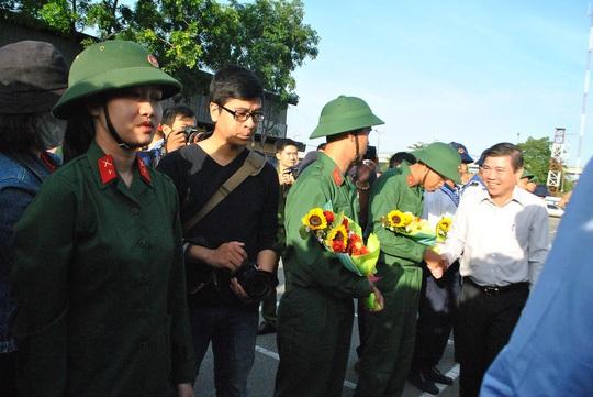 Chủ tịch UBND TP HCM Nguyễn Thành Phong động viên các tân binh