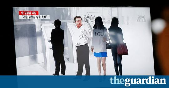 Một bản tin chiếu cách hai nữ nghi phạm ra tay với ông Kim Jong-nam. Ảnh: THE GUARDIAN
