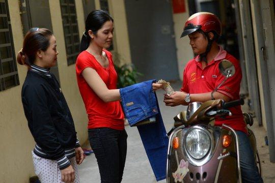 Hai chị Kim Hoàng và Tú Trinh (ở quận Bình Tân, TP HCM) trả tiền bộ quần áo đã đặt mua qua Facebook nhưng không có hóa đơn (ảnh chụp chiều 20-2) - Ảnh: QUANG ĐỊNH