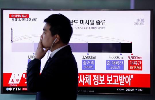 Truyền hình Hàn Quốc đưa tin về vụ phóng tên lửa của Triều Tiên ngày 6-3. Ảnh: REUTERS