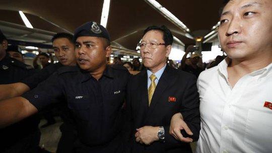Đại sứ Triều Tiên tại Malaysia Kang Chol (thứ 2 từ phải qua). Ảnh: AP