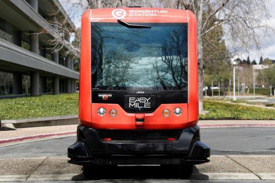 Chiếc xe buýt tự hành ở California ngày 6-3 Ảnh: REUTERS