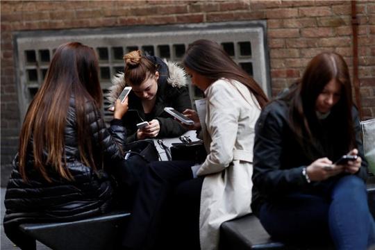 Phần lớn mọi người sử dụng điện thoại nhiều hơn họ ý thức được. Ảnh: China Daily