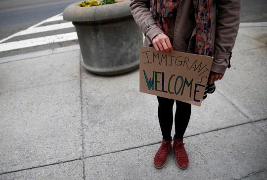 Các nhà hoạt động nhập cư phản đối sắc lệnh nhập cư mới của ông Trump ngày 7-3 bên ngoài Cục Hải quan và Biên phòng Mỹ. Ảnh: REUTERS