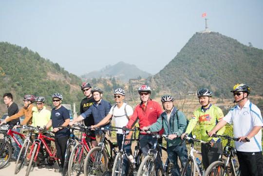 Đại sứ Ted Osius (áo đỏ) cùng đoàn công tác của Đại sứ quán Mỹ đạp xe từ Cột cờ Lũng Cú tới một bản Lô Lô gần đó