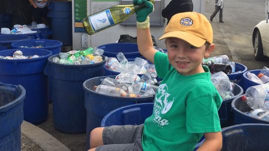 Ryan Hickman, doanh nhân nhí khởi nghiệp bằng việc thu gom ve chai khi chỉ mới 3 tuổi rưỡi. Ảnh: CNN