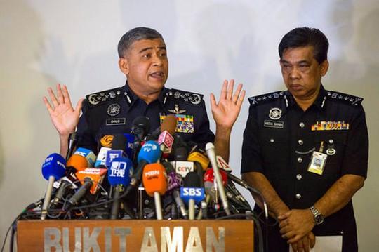 Tổng Thanh tra cảnh sát Malaysia Khalid Abu Bakar (trái). Ảnh: AP