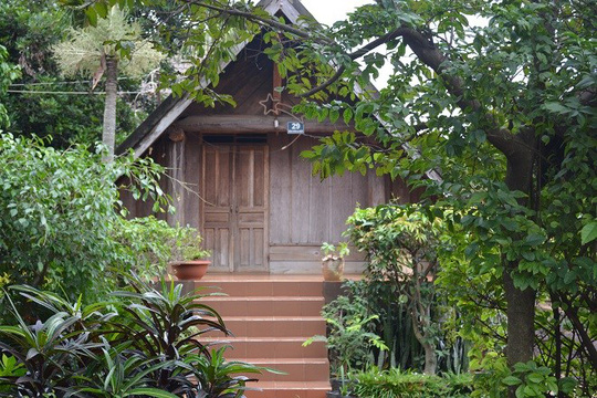 Không còn gỗ nên cầu thang cái được thay thế bằng bê tông