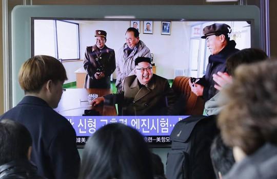 Người dân Hàn Quốc theo dõi thông tin phóng thử tên lửa cuối tuần trước. Ảnh: AP