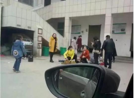 Các em học sinh bị thương nằm ở sân trường. Ảnh: CHINA NEWS