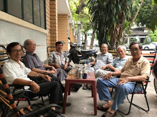 Câu chuyện bên ly cà phê thật thú vị với quý ông khiến những khoảng thời gian tụ tập như thế này không hề nhàm chán và vô ích. Ảnh: CTV