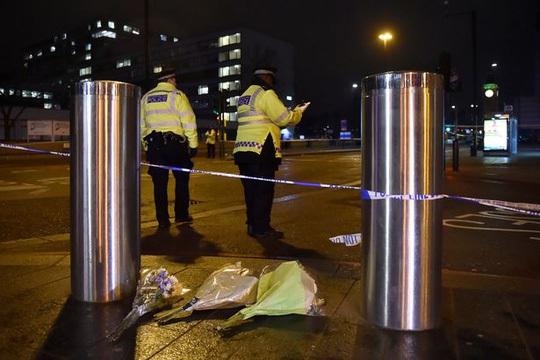 Hoa được đặt tại nơi xảy ra vụ tấn công ngày 22-3. Ảnh: REUTERS