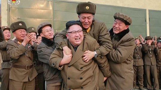 Nhà lãnh đạo Kim Jong-un cõng một người đàn ông. Ảnh: BBC