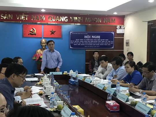 Ông Trần Trọng Tuấn, Giám đốc Sở Xây dựng TP HCM (đứng) đặt mục tiêu trong năm 2017 phải khởi công 3 công trình cải tạo chung cư cũ xây dựng trước 1975.