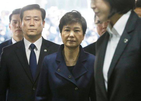 Cựu tổng thống Hàn Quốc Park Geun-hye rời khỏi Tòa án Quận Trung tâm Seoul vào tối 30-3. Ảnh: REUTERS