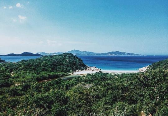 Toàn cảnh bãi Nước Ngọt nhìn từ trên cung đường ven biển trên cao. Ảnh: linhsea