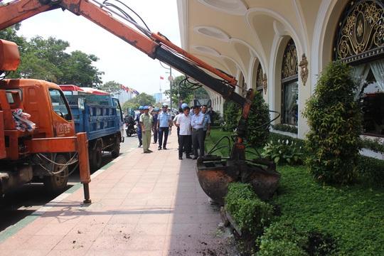 Ông Đoàn Ngọc Hải chỉ đạo đập bồn hoa trước cổng khách sạn 5 sao Cửu Long Majestic.B