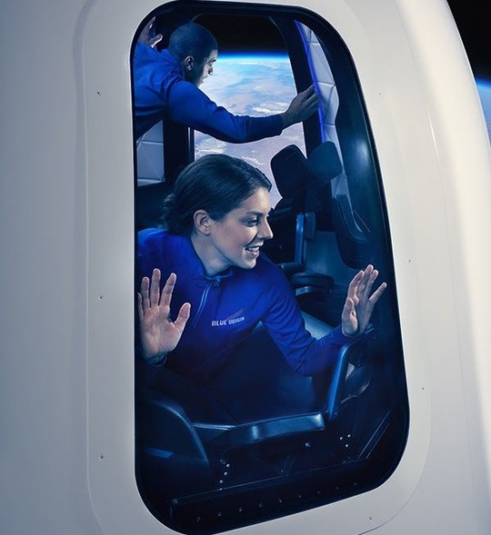 Con tàu của Blue Origin có vẻ ngoài khác biệt so với tàu Dragon Crew của SpaceX. Ảnh: Blue Origin.
