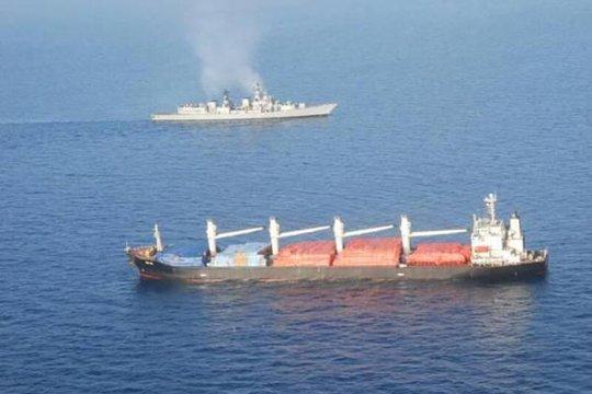Tàu hải quân Ấn Độ (phía sau) đến hỗ trợ tàu hàng OS 35 (phía trước). Ảnh: Indian Navy