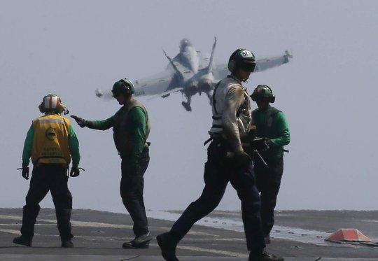 F18 hạ cánh xuống tàu sân bay USS Carl Vinson trong lần tuần tra biển Đông 3-3. Ảnh: AP