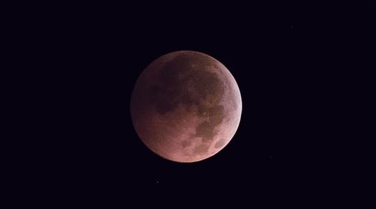Mặt trăng hồng. Ảnh: Global Look Press