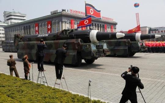 Tên lửa Triều Tiên trong lễ duyệt binh tại Quảng trường Kim Nhật Thành hôm 15-4. Ảnh: REUTERS
